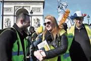 Aktivistin Ingrid Levavasseur mit Mitstreitern der Gelbwestenbewegung an einer Demonstration in Paris. (Bild: Julien De Rosa/EPA ()