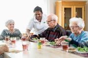 Eine gesellige Runde: Erwin Widmer (Mitte) wohnt zusammen mit anderen Senioren in einer WG. (Bild: Philipp Schmidli, Egerkingen, 2. April 2019)