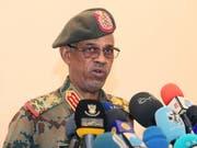 Nur ein Tag im Amt. Der selbsterklärte Chef des sudanesischen Militärrates verkündet seinen Rücktritt - ohne Angabe von Gründen: Awad Ibn Auf. (Bild: KEYSTONE/EPA/STR)