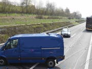 Bei einem Auffahrunfall auf der A2 in Eich sind sieben Personen verletzt und vier Autos beschädigt worden. (Bild: Luzerner Polizei)