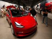 Nächste Kehrtwende von Tesla-Chef Elon Musk: Das Model 3 gibt es nur noch im Laden oder per Telefon zu bestellen. Die Basisversion als Elektroauto zum Preis von 35'000 Dollar wurde schon nach kurzer Zeit wieder aus dem Online-Angebot genommen. (Bild: KEYSTONE/AP/DAVID ZALUBOWSKI)