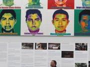 Der chinesische Künstler Ai Weiwei erinnert an 43 Studenten, die 2014 in Mexiko verschwunden sind. Aus einer Million Legosteinen gestaltete er für eine Ausstellung in Mexiko-Stadt die Porträts der Verschwundenen. (Bild: KEYSTONE/EPA EFE/MARIO GUZMAN)