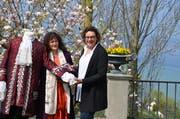 Ein von Nathalie Harran (links) nachgeschneidertes Kleid der Fürstin Pauline von Metternich. Rechts: Christina Egli. (Bild: Margrith Pfister-Kübler