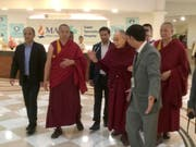 Der Dalai Lama (4.v.l.) verlässt nach dreitägiger Behandlung das Spital in Neu Delhi. (Bild: KEYSTONE/AP/RISHI LEKHI)