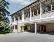 Das 1948 erbaute Schulhaus-Gebäude Felsberg.