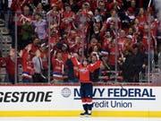 Die Fans von Titelverteidiger Washington Capitals feiern Doppeltorschütze Nicklas Bäckström (Bild: KEYSTONE/FR67404 AP/NICK WASS)
