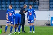 FCL-Trainer Thomas Häberli (Zweiter von rechts) gibt Mittelfeldspieler Idriz Voca (rechts) Anweisungen, danebenChristian Schwegler (links) und Blessing Eleke. (Bild: Martin Meienberger/Freshfocus (Luzern, 10. April 2019))