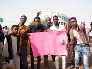 Die Proteste im Sudan gehen auch nach der Absetzung des Langzeitmachthabers Omar Al-Baschir durch das Militär weiter: Die Demonstranten fordern eine zivile Regierung. (Bild: KEYSTONE/EPA/STRINGER)