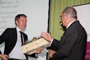 Wirtschaft-Uri-Präsident René Röthlisberger (rechts) dankt dem Referenten, Dr. Peter Grünenfelder, Direktor von Avenir Suisse, für das spannende Referat. (Bild: Paul Gwerder (Altdorf, 11. April 2019))