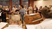 Chorleiterin Claudia Niklaus übt mit den Sängerinnen und Sängern die Lieder ein. (Bild: Yvonne Aldrovandi-Schläpfer)