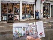 Im Vordergrund unscharf das Pixi-Buch mit der Ladensilhouette, hinten in Wirklichkeit Marianne Sax und ihr Bücherladen. (Bild: Reto Martin)