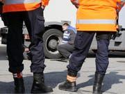 Schwerverkehr und Diebesgut: Mehrere Polizeien haben in den vergangenen Nächten über 800 Fahrzeuge kontrolliert. (Bild: KEYSTONE/WALTER BIERI)