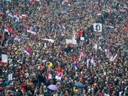 Rund 10'000 Menschen demonstrierten am Samstag im Zentrum von Belgrad gegen den serbischen Präsidenten Aleksandar Vucic. (Bild: KEYSTONE/EPA/ANDREJ CUKIC)