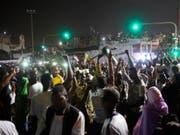 Auf Khartums Strassen brach am Freitagabend Jubel aus, nachdem der ehemalige Verteidigungsminister und Vizepräsident Awad Ibnuf nach nur 24 Stunden als Chef des Militärrates zurückgetreten war. (Bild: KEYSTONE/EPA/STRINGER)