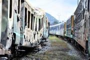 14 ausrangierte SBB-Waggons sind in Etzwilen ausgebrannt. (Bild: Reto Martin, 12 September 2013)