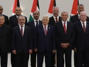 Palästinenserpräsident Mahmud Abbas (vorne Mitte) und die neue Palästinenser-Regierung am Samstag in Ramallah. (Bild: KEYSTONE/EPA/ALAA BADARNEH)