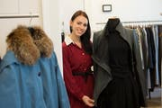 Dominique Läser und andere Studenten der HSG organisieren den Anlass «Un-Dress» im Pfalzkeller. (Bild: Ralph Ribi)