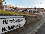 Ins Waffenholster gegriffen und Abzug gezogen: Ein berauschtes Paar hat im Kantonsspital Münsterlingen Polizisten angegriffen. (Bild: KEYSTONE/WALTER BIERI)