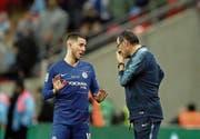 Chelseas Eden Hazard diskutiert mit Trainer Maurizio Sarri. (Bild: Tim Ireland/AP (London, 24. Februar 2019))