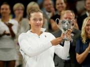 Iga Swiateks bisher grösster Erfolg: In Wimbledon gewann sie letztes Jahr den Juniorentitel (Bild: KEYSTONE/AP/TIM IRELAND)
