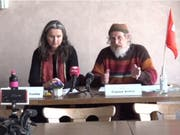 Wollen künftig keine Sommerzeit mehr: Nationalrätin Yvette Estermann und Hornkuh-Initiant Armin Capaul. (Bild: Screenshot Keystone-SDA Video)