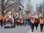 Nach dem Ku-Klux-Klan-Fasnachtsauftritt: Am Samstag demonstrierten in Schwyz mehrere hundert Personen gegen Rassismus. Die Polizei wies Rechtsextreme weg. (Bild: KEYSTONE/URS FLUEELER)