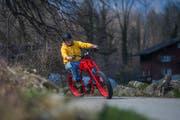 Velobauer Stanislaus Arnold verkörpert auf seiner Urlette das Image des freiheitsliebenden Bikers.Bild: Dominik Wunderli (Altdorf, 28. März 2019)