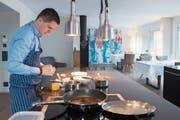 Koch Christoph Oliver verwöhnt die Gäste in einer zum Restaurant umgebauten Wohnung. (Bild: Boris Bürgisser (Stansstad, 9. April 2019))