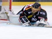Goalie Leonardo Genoni spielt in der Playoff-Finalserie noch für den SC Bern - die darauffolgenden fünf Saison dann für den jetzigen Titelkonkurrenten EV Zug (Bild: KEYSTONE/MELANIE DUCHENE)