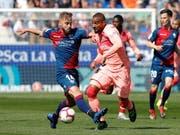 Kein Durchkommen für Barcelona und Kevin-Prince Boateng (in Rosa) gegen Huesca (Bild: KEYSTONE/EPA EFE/ELENA MUNOZ)