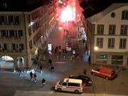 Zuerst Pyros, dann Flaschen, Stühle und Gewalt gegen Polizisten: In der Nacht auf Sonntag sind Feiern zum YB-Meistertitel ausgeartet. (Bild: Adrian Reusser / Keystone-SDA)