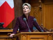 Bundesrätin Karin Keller-Sutter will es der Polizei künftig erlauben, mit detaillierten DNA-Profilen auf Verbrecherjagd zu gehen. (Bild: KEYSTONE/PETER KLAUNZER)