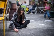 Eine Besucherin verziert den Boden beim «Daydance» im Vereinshaus. (Bild: Reto Martin)
