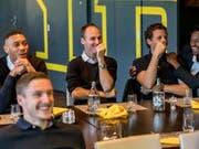 Guillaume Hoarau, Steve von Bergen, Marco Wölfli, Ali Camara und (vorne) Michel Aebischer waren bestens gelaunt, als sie im Stade de Suisse den Match Basel - GC verfolgten (Bild: KEYSTONE/BSC Young Boys/THOMAS HODEL)
