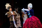 Bis hin zum Federbusch (Kostüme: Elke von Sivers) alles Verkleidung: Robert Maszl als Fritz und Marina Viotti als Grossherzogin. (Bild: Ingo Höhn)