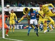 Verteidiger Kalidou Koulibaly leitet Napolis Sieg beim Absteiger Chievo nach einer Viertelstunde per Kopf ein (Bild: KEYSTONE/EPA ANSA/PAOLO MAGNI)