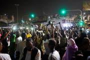 Sudanesen feiern in den Strassen von Khartum den Rücktritt des Verteidigungsministers Awad Ibn Auf. (Bild: EPA, 12. April 2019)