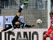 Luganos Carlinhos versucht es akrobatisch (Bild: KEYSTONE/TI-PRESS/SAMUEL GOLAY)