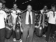 EWR-Beitrittsgegner Blocher läutet am 30. November 1992 mit Treicheln und Zigarre den Endspurt ein. Zwei Tage später feiert er seinen grössten politischen Triumph. (Bild. Keystone)