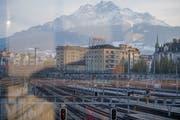 Blick auf den Bahnhof Luzern. Künftig werden hier deutlich weniger Gleise nötig sein. (Bild: Nadia Schärli, 6. April 2019)