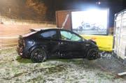 Das stark beschädigte Auto der Unfallverursacherin. (Bild: Kapo Schwyz (Einsiedeln, 13. April 2019))