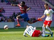 Dem Servettien Koro Koné (in granatrot) läuft es derzeit blendend mit Servette in der Challenge League: 2 Tore vom 1:2 zum 3:2 gegen Chiasso (Bild: KEYSTONE/SALVATORE DI NOLFI)