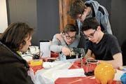 Repair-Cafe Altdorf: Gemeinsam reparieren drei junge Fachleute ein defektes elektronisches Gerät. (Bild: Urs Hanhart (Altdorf, 13. April 2019))