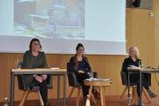 """Vernissage des Buchs """"111 Orte rund um den Säntis, die man gesehen haben muss"""" am 12. April 2019 im Säntis-Das Hotel. von links: Autorin Nina Kobelt, Moderatorin der Vernissage Seraina Kobelt, Autorin Silvia Schaub. (Bild: Sabine Camedda)"""