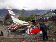 Gefährlichster Flughafen der Welt: In Lukla beim Mount Everest ist ein Kleinflugzeug von der Startbahn abgekommen und gegen zwei Helikopter geprallt. Drei Menschen kamen ums Leben. (Bild: KEYSTONE/RAM NEPAL)