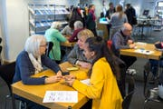 Der erste Smartphone- und Tablet- Workshop in der Bibliothek in Zug fand Mitte Januar statt. (Bild: Maria Schmid, Zug, 12. Januar)