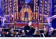 Ungewöhnlicher Mozart: der Geiger Dmitry Smirnov als Solist der Festival Strings Lucerne in der Pfarrkirche Andermatt. (Bild: Peter Fischli)