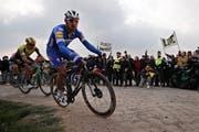 Philippe Gilbert unterwegs auf den Pfastersteinen von Paris - Roubaix. (Bild Christophe Petit Tesson/EPA (Roubaix, 14. April 2019))