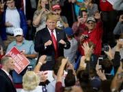 US-Präsident Donald Trump bei einem Wahlkampfauftritt in Iowa. (Bild: KEYSTONE/AP/NATI HARNIK)