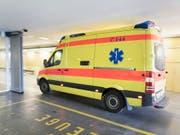 Ein Schwerverletzter lag nach der YB-Meisterfeier vom Sonntag in einer Tiefgarageneinfahrt in Bern: Die Ambulanz brachte ihn ins Spital. (Bild: KEYSTONE/GAETAN BALLY)